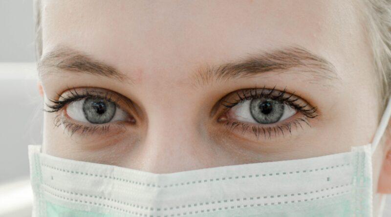na zdjęciu pielęgniarka w maseczce