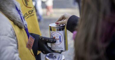 Na zdjęciu znajduje się wolontariusz trzymający puszkę kwestarską